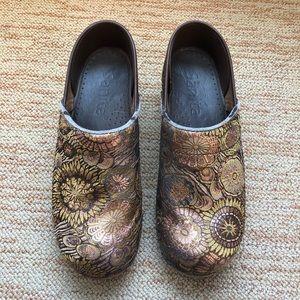 Sanita Clogs in gold and brown pattern
